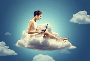 femme sur un nuage avec un ordinateur