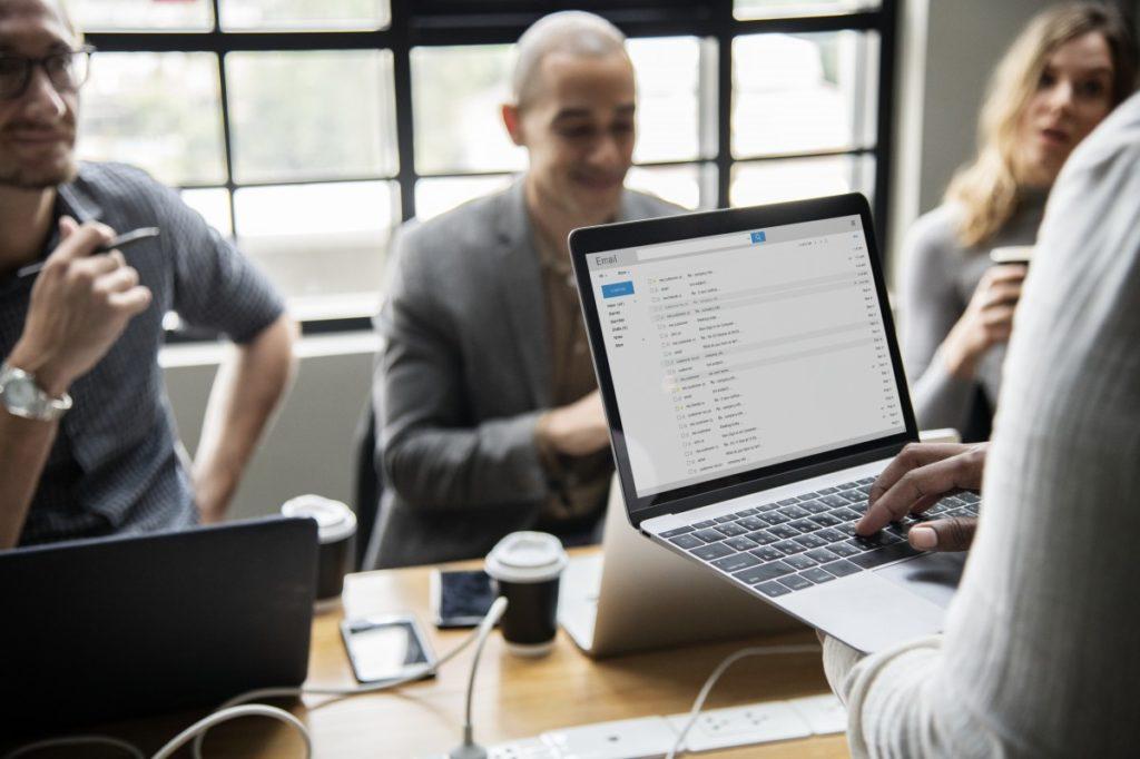 réunion de travail ordinateur hommes femme