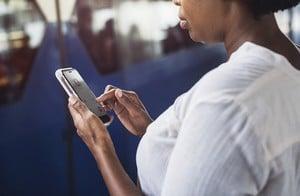 femme naviguant sur un téléphone mobile