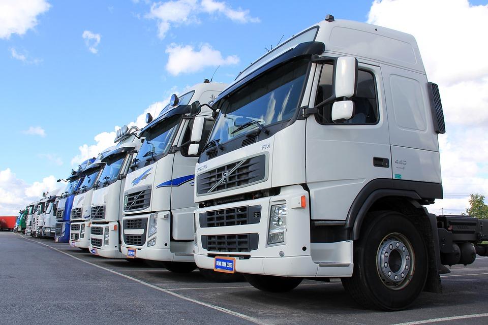 des camions garés