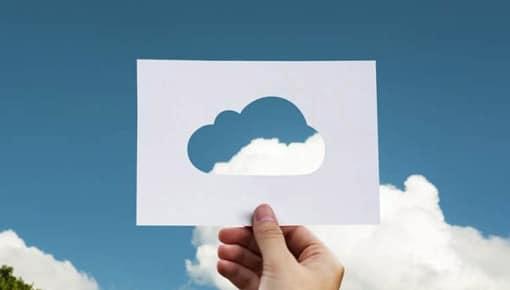 nuage en papier dans le ciel