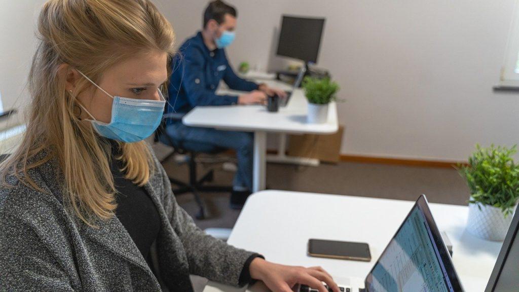 employés au bureau avec un masque
